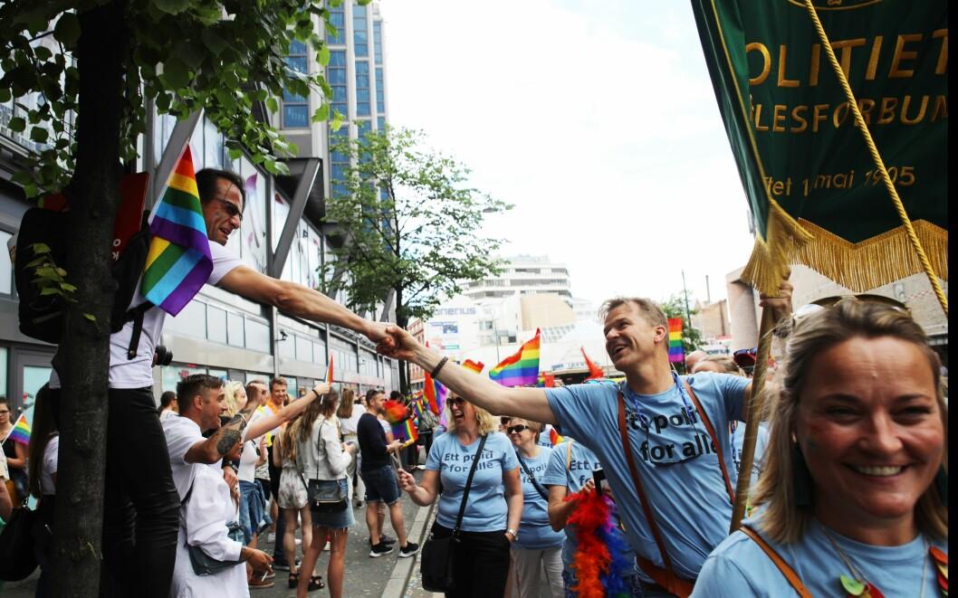 Politiets Fellesforbund i Pride-paraden i 2019. Her hilser PF-leder Sigve Bolstad på en av tilskuerne.
