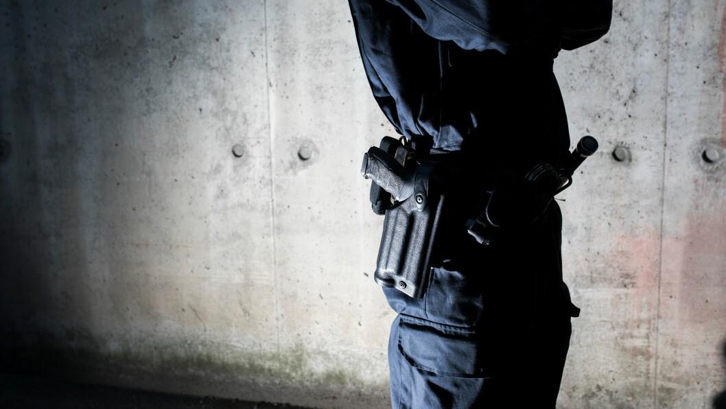Nå skal politiet på Flesland lufthavn i Bergen bære våpen på hofta.