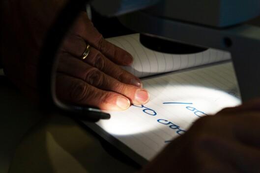 MIKROSKOPISK: Under lyset i mikroskopet kommer de små detaljene i skriftprøvene fram. – Særlig når det er snakk om signaturer, er mikroskop et godt hjelpemiddel for å vurdere ekthet, forteller skriftgransker Gunhild Isager.