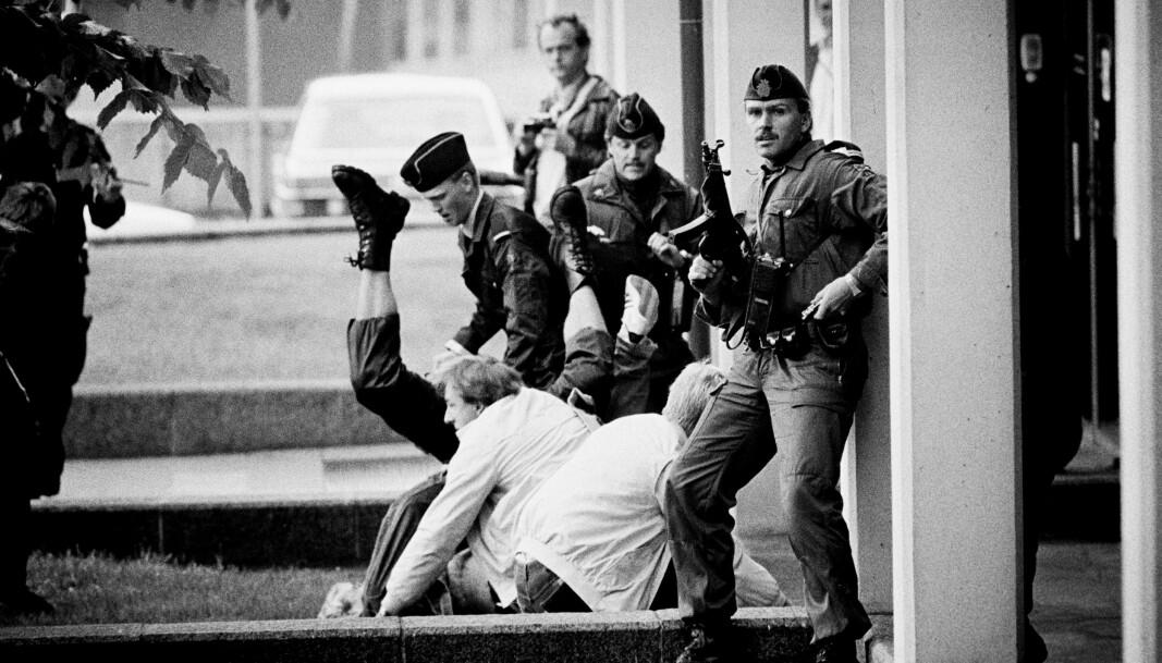 NEDKJEMPER «TERRORIST»: I 1983 fi kk pressen være med på slep under Beredskapstroppens trening «terrorist og politi i realistisk øvelse».
