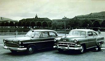 BILDEARKIV: Øverst er en Opel modell 1921, brukt av Oslo-politiet i sin tid. Deretter følger motorsykkelkorpset i Oslo under Politiets dag tidlig på 1960-tallet. Nederst er to tjenestebiler av merke Opel Kapitän (1955-57)og Chevrolet Bel Air (1954) foran Lille Lungegårdsvann i Bergen.
