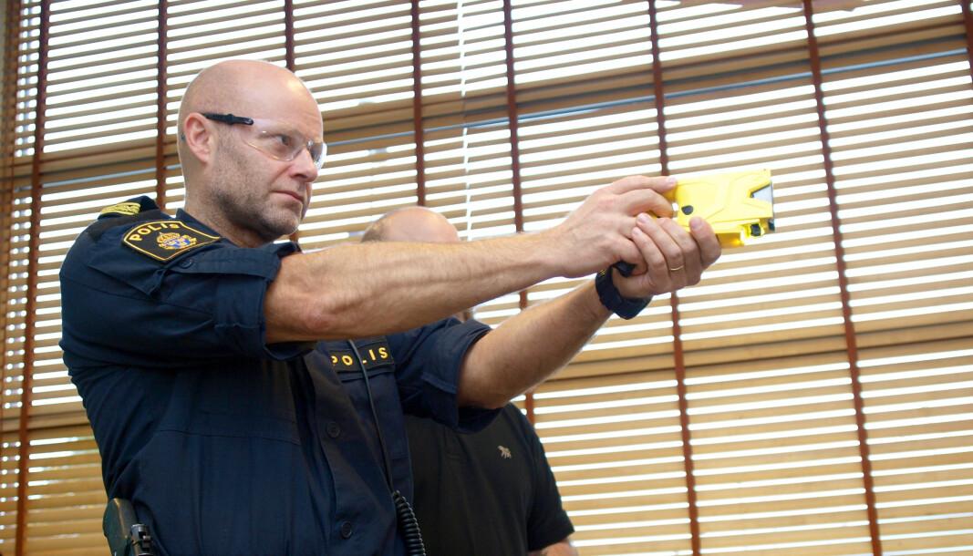 MIDT I BLINKEN: Tjenestepersonene som har deltatt i prøvepr sjektet i Sverige mener elektrosjokkvåpenet gir økt trygghet og reduserer skadene ved inngripen.