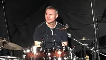 TAKTFAST: Privat er Hagen trommeslager i et band.