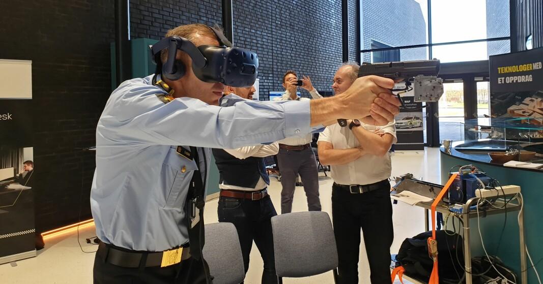 SKUDD I BLINDE: Politioverbetjent Ola Eggen tester den virtuelle skytebanen.