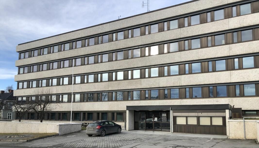 BAK FASADEN: Det var innenfor veggene på Parkgata 54 på Hamar at det hele startet for Jane Vestbakken og Hege Halvorsen. Tre år etter Halvorsens skjebnesvangre jobbintervju her den 1. juni 2017, venter de to fortsatt på svar på spørsmålene som oppsto i etterkant.