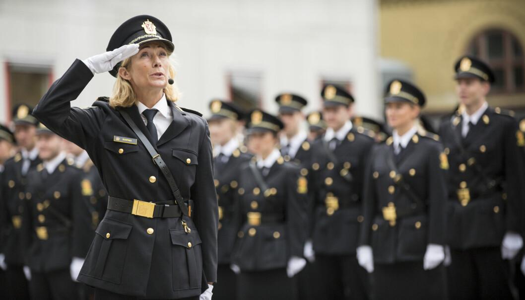 Nina Skarpenes, rektor ved Politihøgskolen, er glad en høy andel av studentene som gikk ut fra Politihøgskolen de senere årene nå har fast jobb i politiet, men hun skulle ønske de nyutdannede fikk fast jobb raskere.