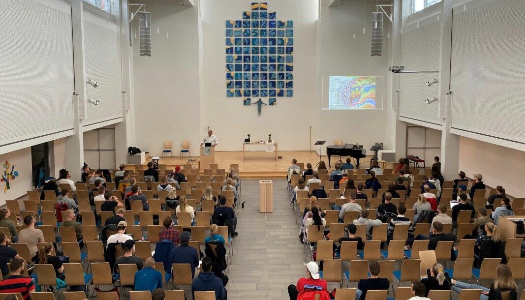For å kunne ha hele klassen til stede samtidig, og samtidig følge enmetersregelen, har politistudentene i bOdø innlosjert seg i Hunstad kirke.
