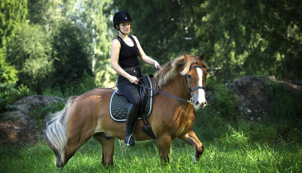 HEST ER BEST: – Jeg har kommet fram til at hesten er såpass viktig for meg at han selvfølgelig skal bli med på flyttelasset, sier Vilde. Dermed blir Bowie med til Stavern.