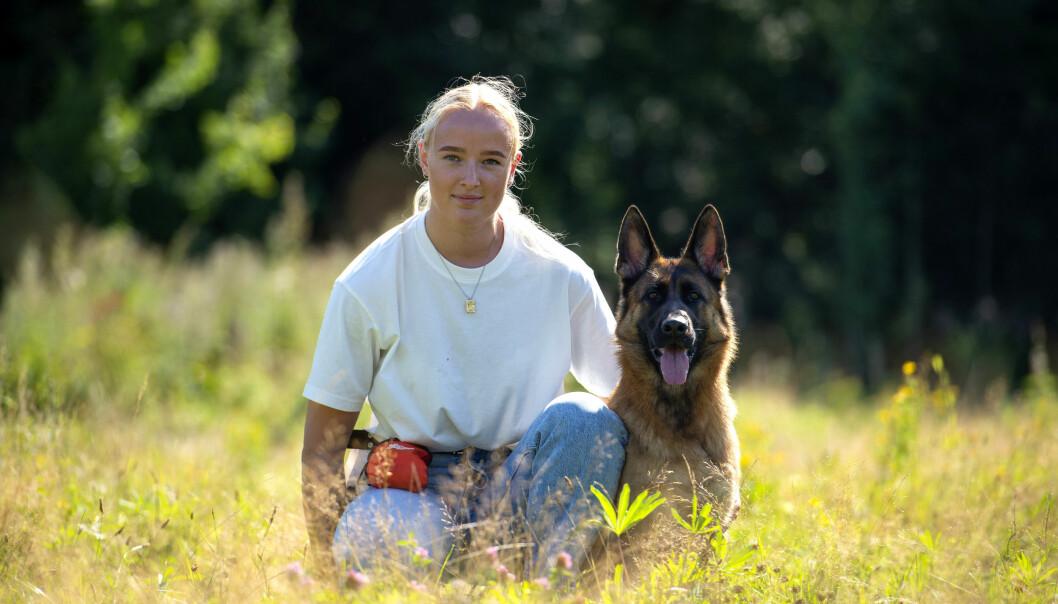 ET HUNDELIV: – Hovedmålet mitt er å bli politi, og blir jeg hundefører er det en bonus, sier Nina. Her med hunden Zansa (3).
