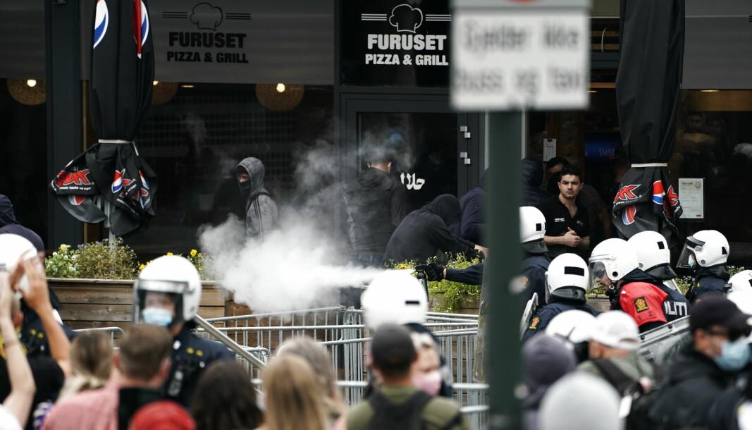 Sian demonstrerte på Furuset senter i Oslo i august. De ble møtt av motdemonstranter som forsøkte overdøve markeringen, men det oppstod også sammenstøt hvor noen motdemonstranter blant annet kastet stenger fra politiets gjerder.