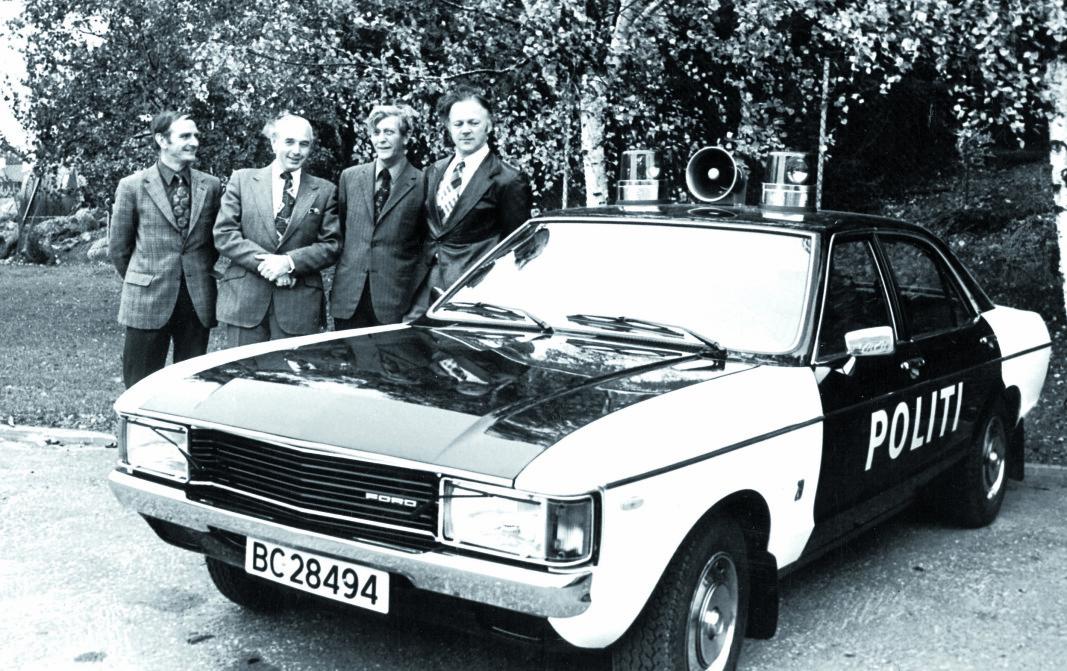 OPPSTILLING: Politioverbetjent Neergaard (til venstre) og bilsjef Håkon i UP (til høyre) poserer med en 1975-modell Ford Granada 2.0. Bilen var i tjeneste til 1981. De to andre personene er ukjente.