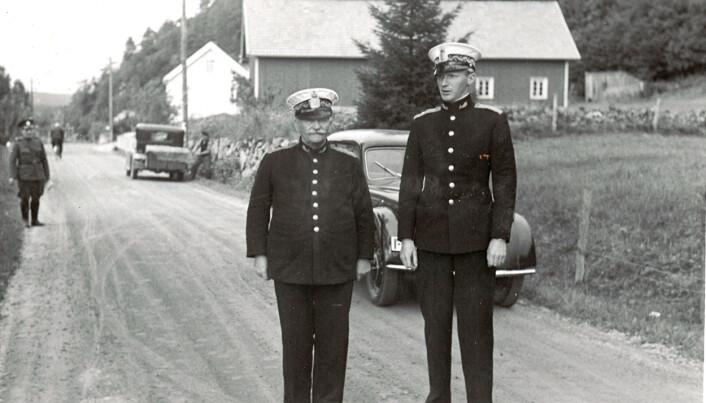STAUTE: Politimester Theodor Dahm Möinichen og fullmektig Julius Hougen under en bilkontroll på Åbel i Birkenes i 1938.