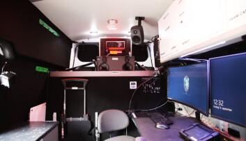 Inne i bilen har de utstyr som gir dem de samme mulighetene som inne på politihuset.