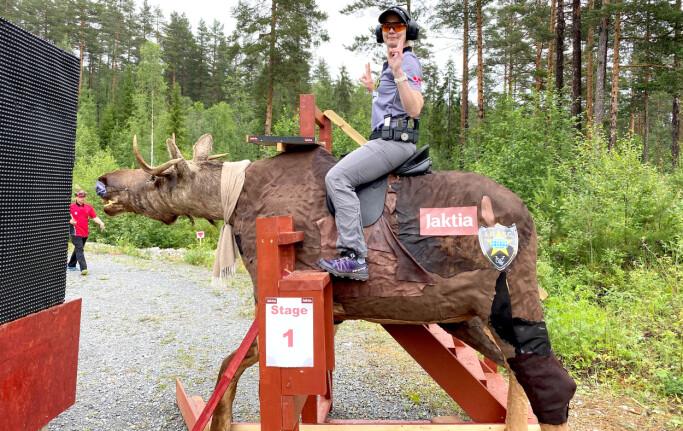 KREATIVT: Noe av appellen for Tysnes er variasjonen i de forskjellige banene hun må gjennom i konkurranser. Som her, da hun måtte skyte sittende på en utstoppet elg.