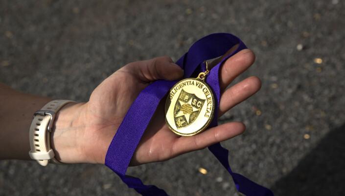 HÅNDFAST: Denne medaljen er beviset på at Tysnes vant et level 3-stevne i Danmark i sommer.