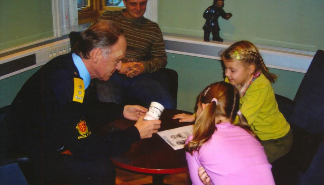 MESTERMØTE: Veline (i rosa genser) og venninnen fikk møte politimester Ragnar Auglend i Hordaland politidistrikt da de besøkte politihuset.