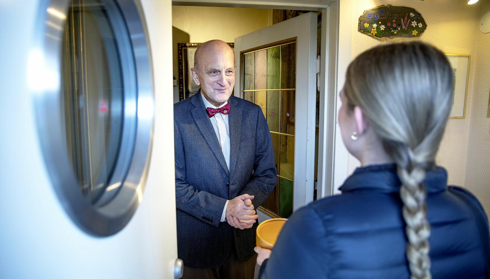 VELKOMST: Tidligere politimester Rolf B. Wegner er pent kledd med sin karakteristiske tversoversløyfe da han tar imot Veline hjemme hos seg i Oslo. De to har ikke møttes på over 21 år.