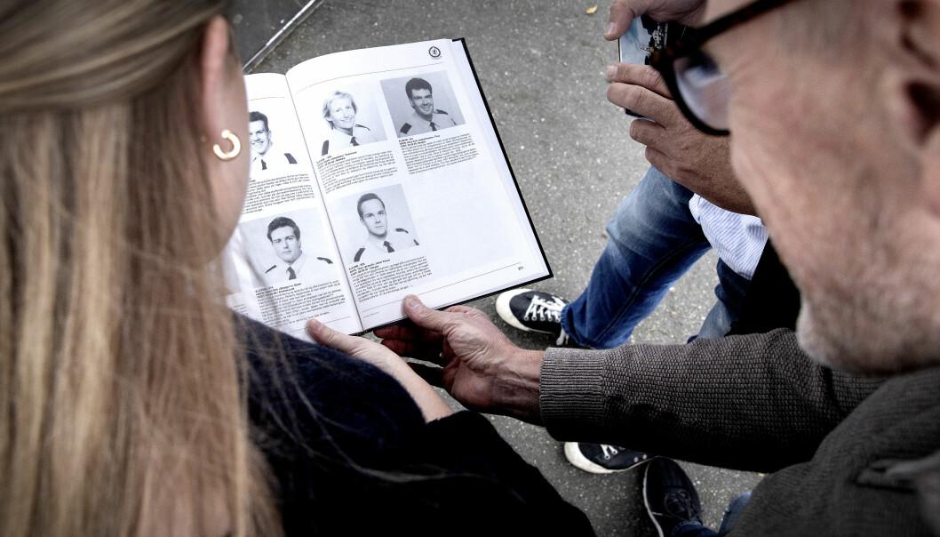 MINNEBOK: Veline blar i farens kullbok sammen med hans klassekamerater og kolleger Anders Opsal og Hans-Eirik Thue. På siste side for O-klassen er både Thue (øverst til høyre) og Tore Johan Vinnes (nede til venstre) avbildet.