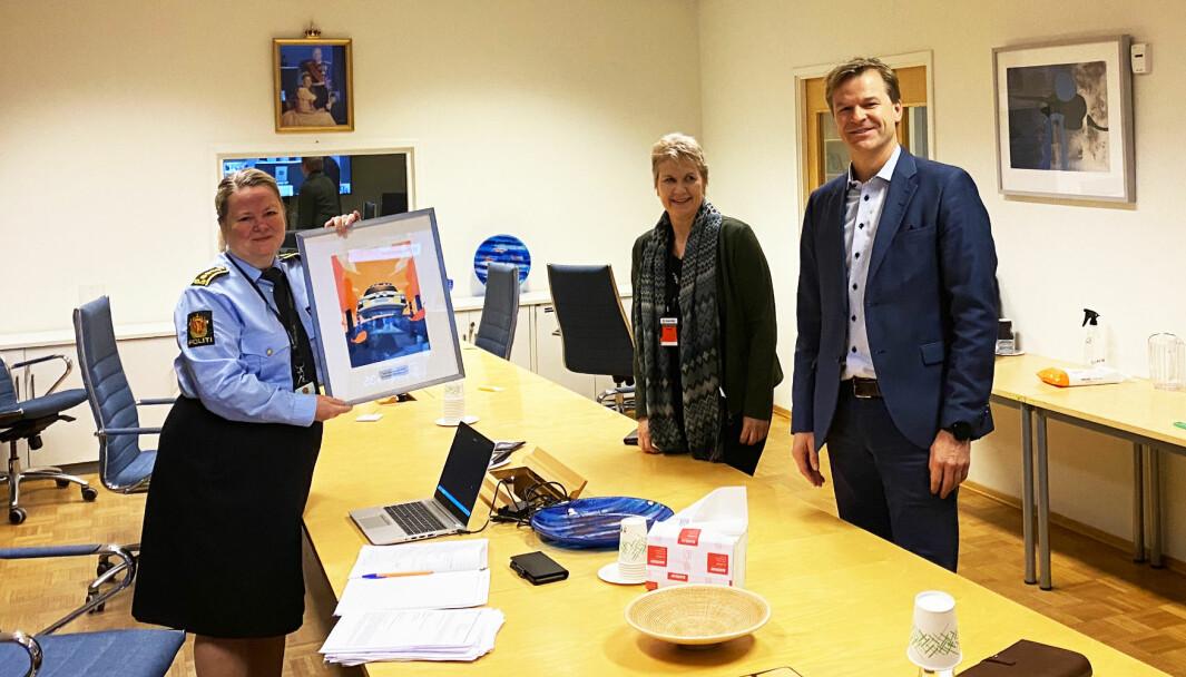 Eli Fryjordet mottok prisen for «Årets leder i politiet 2020». Her sammen med Marit Ellingsen, leder av Norsk Politilederlag, og Sigve Bolstad, leder av Politiets Fellesforbund.