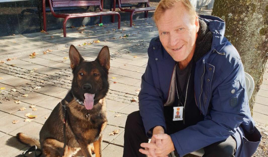 STJERNEMØTE: Her tar politihunden Kygo seg en velfortjent pause i filminnspillingen sammen med skuespiller Sven Nordin, som har hovedrollen i TV-serien Wisting.