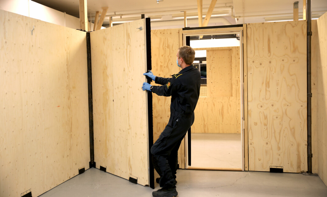 LABYRINT: Peder Olav Aulie, instruktør i IP3- og instruktøravsnittet på GDE Romerike, drar ut en vegg for å vise hvordan de flyttbare veggene fungerer.