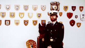 HUNDESKOLEN LONDON: Rossebø avbildet foran våpenskjoldene etter endt bombehundopplæring i London 1983.