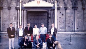 KONGESIGNING: Rossebø og Ben til høyre på bildet avbildet utenfor Nidarosdomen i forbindelse med signingen av Kong Harald og Dronning Sonja i 1991.