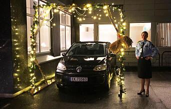 I fjor ble tjenesteenhetsleder Monica Johannessen Mørk ved Bergen Vest poltistasjon, overrasket med en juleportal til bilen.