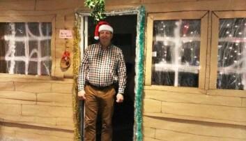 I 2018 ble Svein Føllesdal utsatt for julepyntingen, og kontoret hans ble gjort om til en tømmerhytte. Den hadde til og med