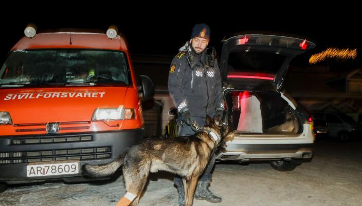 Kenneth Cortsen, leder for hundepatruljen, sammen med redningshunden Piko som ble skadet etter søk på lørdag. Letearbeidet fortsetter etter at et større jord- og leirskred gikk i Ask 30. desember.