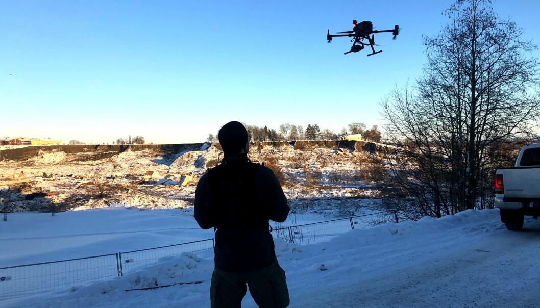 Dronepilotene fra Beredskapstroppen overvåket skredkanten, slik at de kunne gi beskjed om det gikk nye ras.