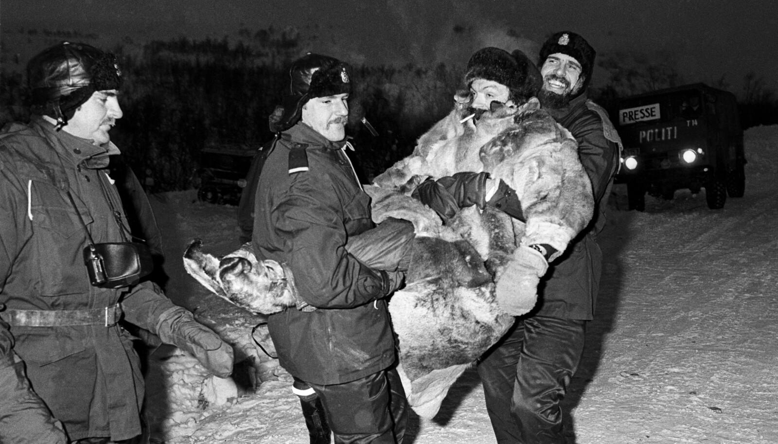 <strong>BÆREHJELP: </strong>Den samiske skuespilleren Nils Utsi var en markant skikkelse under demonstrasjonene. Lars Erik Dalland (holder bena) fikk æren av å bære bort skuespilleren.