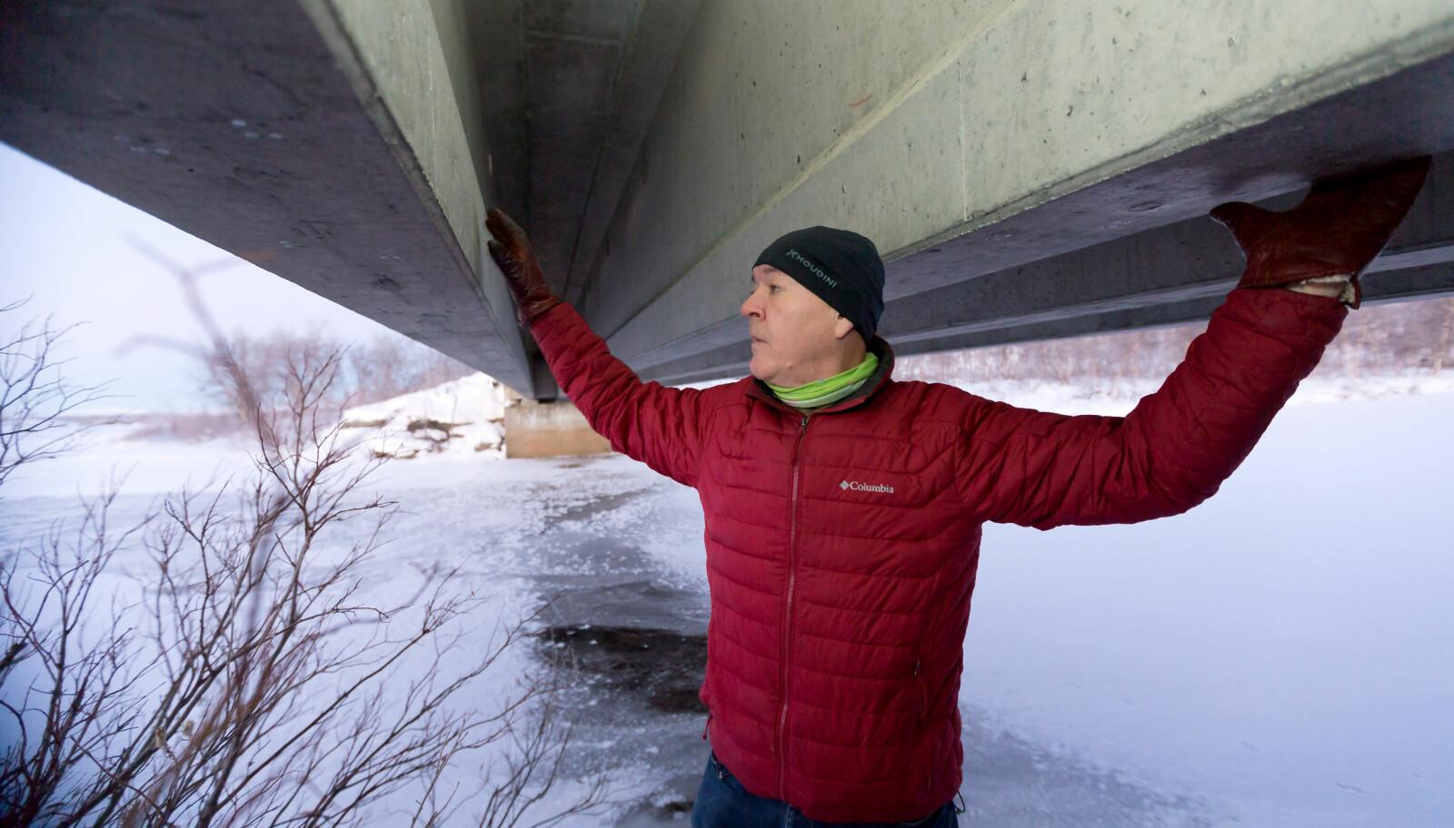<strong>GJENSYN:</strong> Knut Arvid Sætermo er tilbake under Fossan bru, som ble forsøkt sprengt i mars 1982. Da lensmannsbetjenten ankom brua etter meldinger om en eksplosjon, så han seg nødt til å evakuere i påvente av en mulig ny eksplosjon.