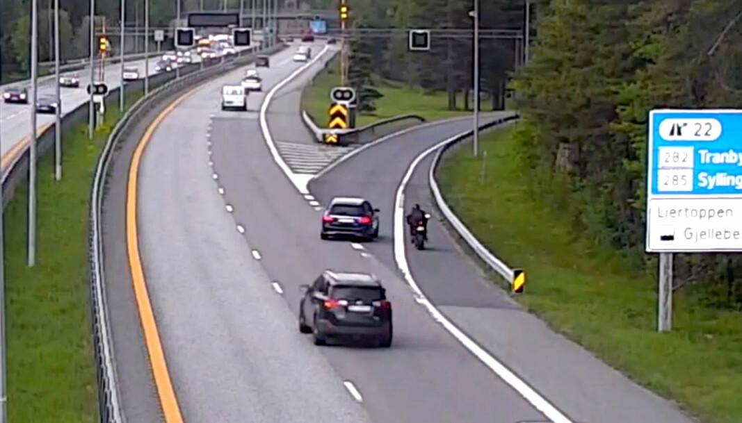 Her gasser motorsyklisten på etter at patruljen har signalisert til ham at han skal stanse. Tidels sekunder senere smeller det. Hele videoen kan du se lenger nede i saken.