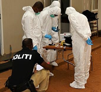 SIKRER SPOR: Her lærer krimteknikerne å søke etter DNA på et våpen.