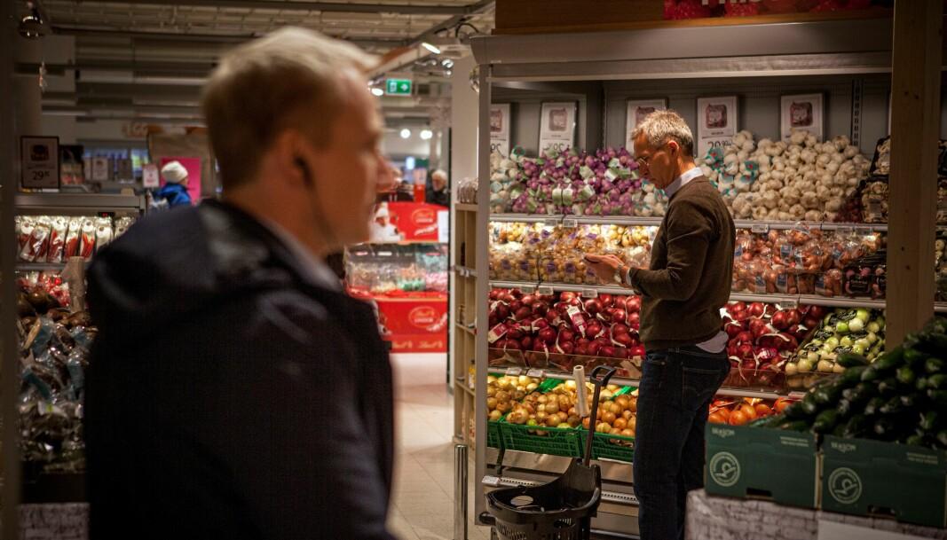 Livvaktene er alltid med. Her passer de på mens Jens Stoltenberg er i matbutikken.