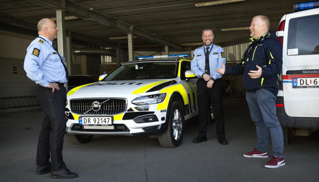 STØTTESPILLERE: John Roger Lund (til venstre) og Tor- Håkon Fegri (i midten) har sørget for at politioverbetjent Stig Tonsjø (til høyre) kan fortsette i 100 prosent jobb til tross for at han har blitt rammet av Alzheimer.