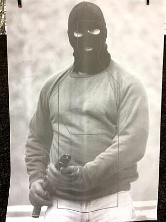 SKYTESKIVE: Slik ser en av skyteskivene ut, som politistudentene i New Zealand trener på. Personen er bevæpnet med skarpt våpen.