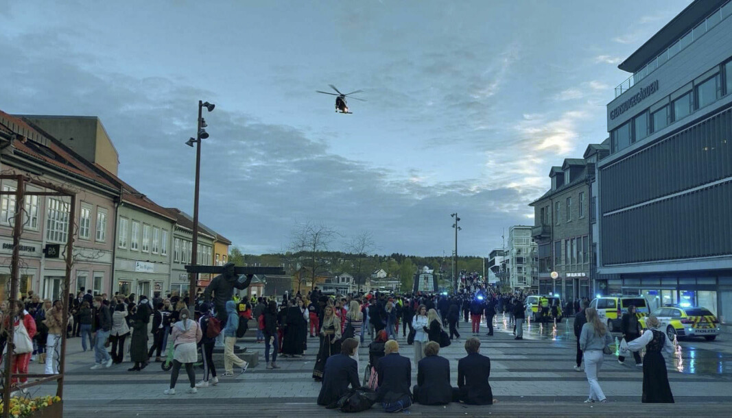 Det ble kastet stein og flasker mot politiet på Stortorget i Fredrikstad, 17. mai. Politihelikopter ble sendt tilstedet for bistå.