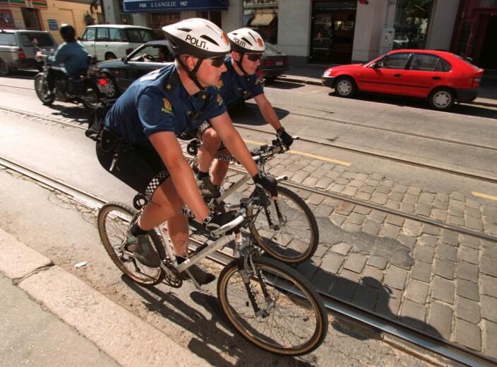 TRÅKKER TIL: Politikonstablene Espen Sandvold og Jon Helge Holte patruljerer på sykkel i august 1996. – Vi fikk masse oppslag i mediene og en vanvittig drahjelp fra første dag. Hypen var voldsom, sier Sandvold i dag.