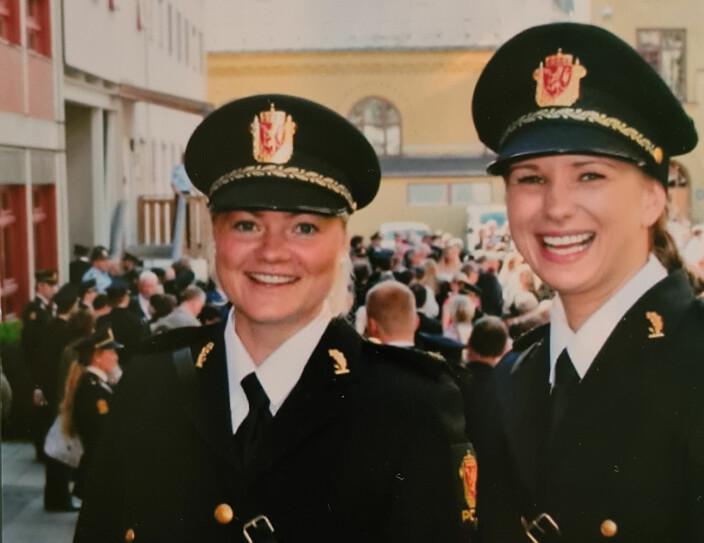 DOBBELTLØP: Under studietiden sjonglerte Henriette (til venstre) omsorgen for foreldrene med utdanningen på Politihøgskolen. Her fra uteksamineringen i 2015.