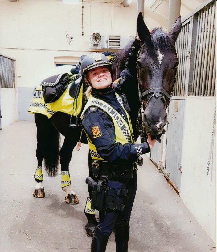HEST ER BEST: – Jeg er helt avhengig av å være med hester, og jeg har det mye bedre med meg selv når jeg er i stallen, omringet av hester og dyr, sier Henriette.