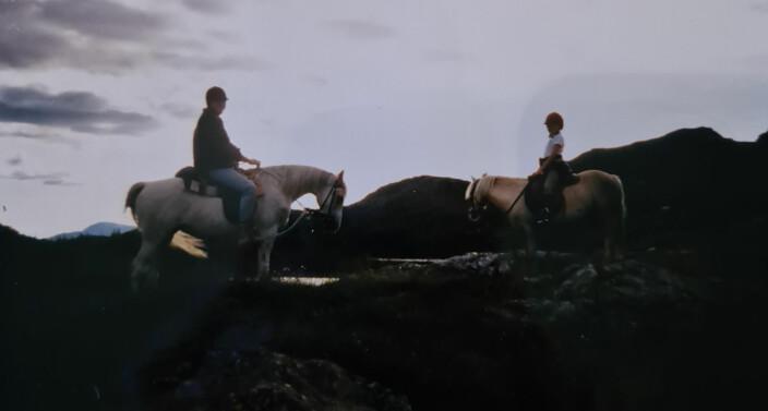 SKUMRINGSTID: Henriette med faren på ridetur, før alvoret traff henne. – Familien hadde det bra da vi drev med hest. Alle husker den tiden som den beste tiden, sier hun.Click to add image caption