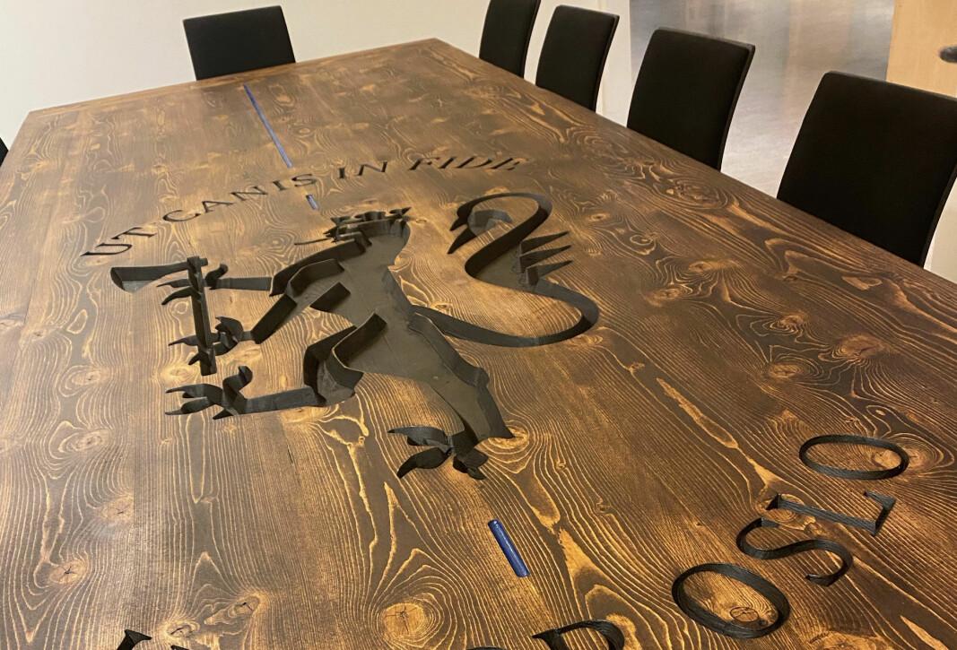 MIDTPUNKTET: – Et langbord blir fort den fysiske kjernen i avdelingen, sier Bjørnar Halstvedt, mannen bak hundetjenestens nye bord.