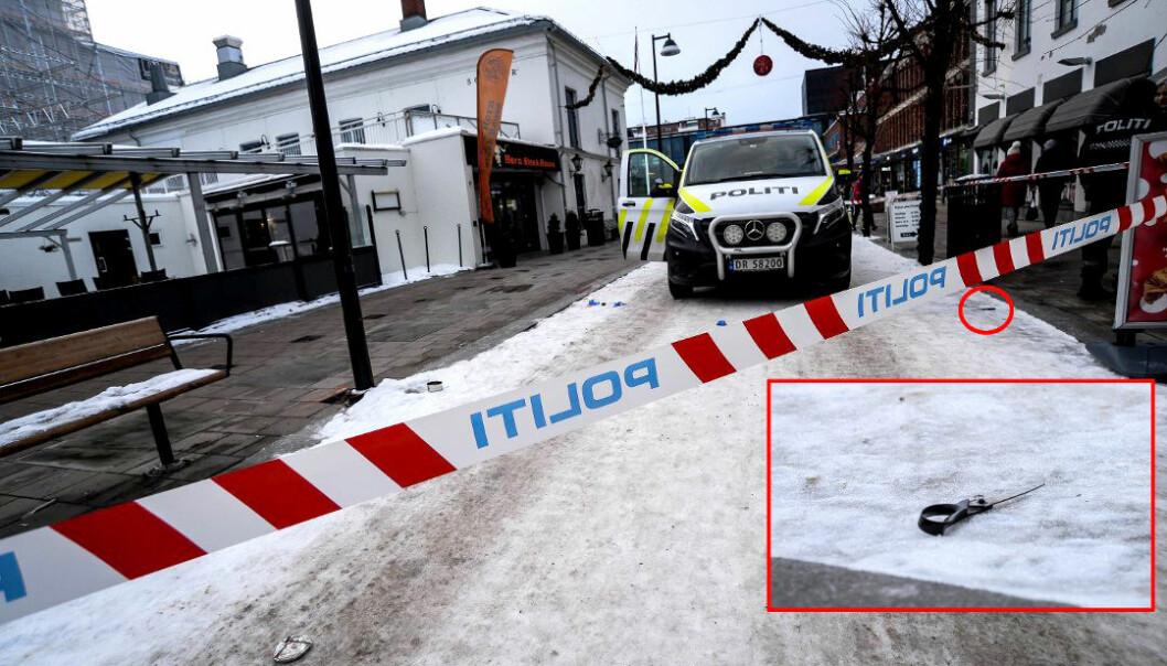 ÅSTEDET: Midt i Hamar sentrum stakk gjerningsmannen saksebladet (innfelt) gjentatte ganger gjennom vinduet på politibilen i et forsøk på å drepe polititjenestemannen Terje Roseth.