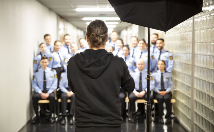 OPPSTILT: Espen Sturlason foreviger en klasse fra 2021-kullet på Politihøgskolen i Oslo.