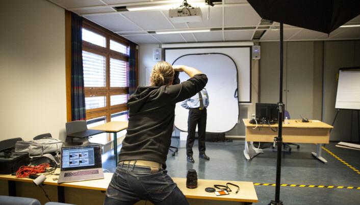 SAMLEBÅND: Med totalt mer enn 550 studenter å fotografere, må det nødvendigvis gå unna. Espen Sturlason bruker maks et par minutter per student. – Teknisk er det ikke vanskelig i det hele tatt å ta bilde av 150 studenter på en dag. Men det er veldig mye psykologi i det å ta et bilde, og der ligger det vanskelige, sier fotografen.