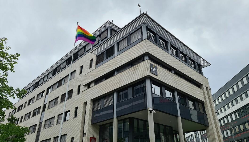 En endring i loven gjorde det mulig for PST i heise regnbueflagget på sin flaggstang for første gang.
