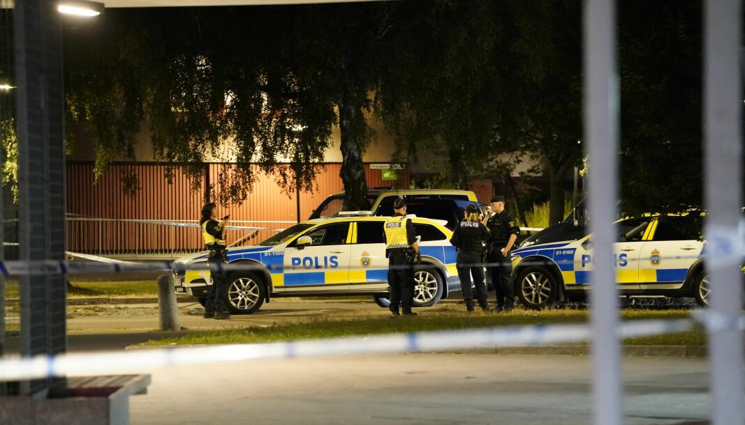 En svensk polititjenestemann er død etter å ha blitt skutt i Biskopsgården på Hisingen i Gøteborg.