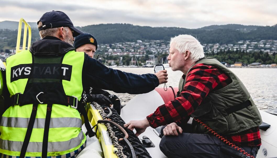 Politiet og Kystvakta gjorde blant annet promillekontroller til sjøs under Moldejazzen. Mannen på bildet blåste til null. Han hadde motorprpblemer, og ble hjulpet inn til en brygge.